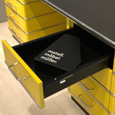 müller Outlet TB229-5 Classic Line Schreibtisch in zitronengelb mit schwarzer Linoleum Arbeitsfläche